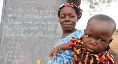 Mutter mit Baby bei Alphabetisierungskurs in Burkina Faso