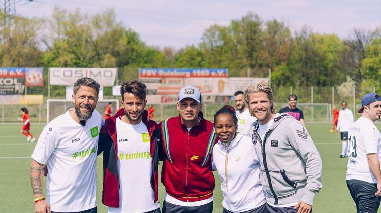 Florian Ambrosius mit Pietro Lombardi, Shary Reeves und Paul Janke, alle in Fußballtrikots.