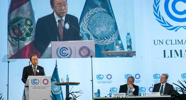 Secretary-General Ban Ki-moon auf dem Podium bei der Eröffnung des Climate Action High-level Dialogue in Lima, am 11. Dezember. © UN Photo/Mark Garten